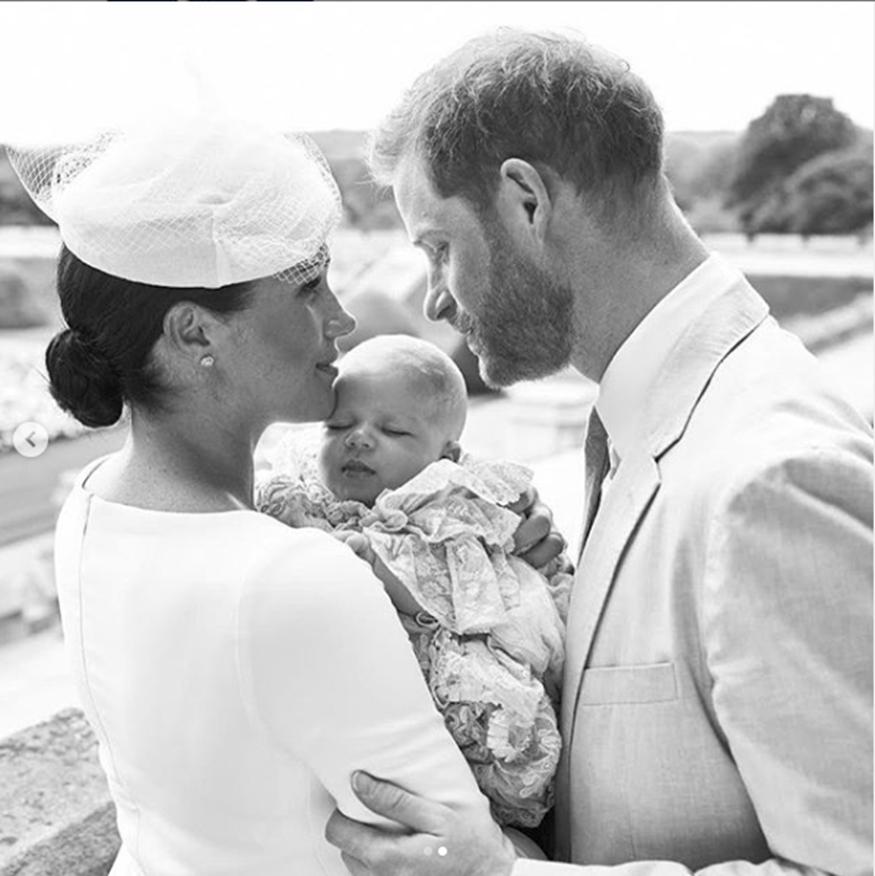 Μέγκαν Μαρκλ – Πρίγκιπας Χάρι: Δείτε την επίσημη φωτογράφιση της βασιλικής οικογένειας για τη βάφτιση