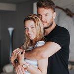 Γαρυφαλλιά Καληφώνη: Η φωτογραφία και τα καυτά φιλιά με τον σύντροφό της στην παραλία