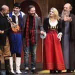 Η Νεράιδα και το Παληκάρι: Λαμπερή βραδιά στο θέατρο Broadway με επώνυμους καλεσμένους