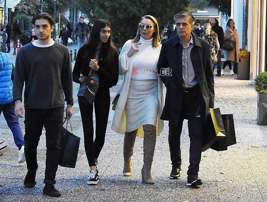 1e822a2d13 Τατιάνα Στεφανίδου-Νίκος Ευαγγελάτος  Απογευματινή βόλτα με τα παιδιά τους