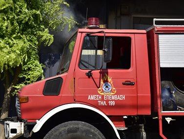 Ξέσπασε πυρκαγιά μέσα σε οικισμό στα Μέγαρα