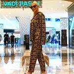 Δηλαδή η Μαρία Μπακοδήμου φοράει πυτζάμες σατέν και παντόφλες αντρικές για να πάει για ψώνια...;