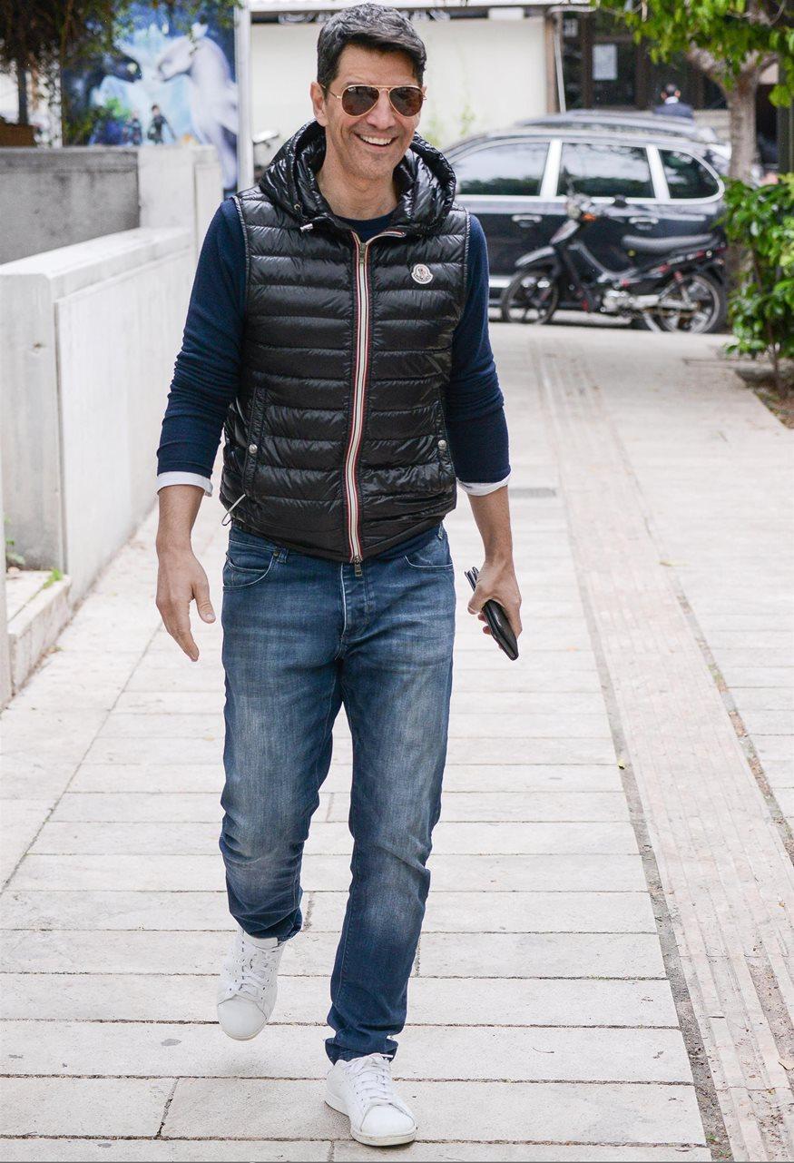 Σάκης Ρουβάς: Αποδέχεται το Bottle Cap Challenge και εντυπωσιάζει