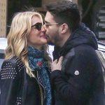 Paparazzi! Νατάσα Θεοδωρίδου: Τρυφερά φιλιά στη μέση του δρόμου με τον νέο της σύντροφο