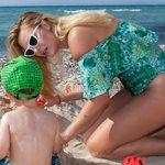 Χριστίνα Αλούπη: Σε παραλία της Χαλκιδικής με τον γιο της