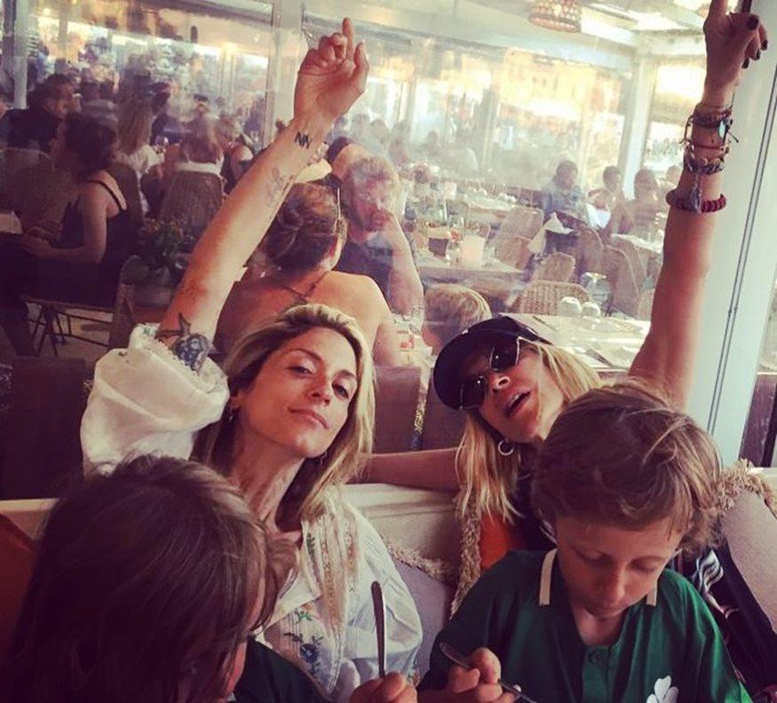 Σοφία Καρβέλα: Στο λούνα παρκ με τα παιδιά της και την Άννα Βίσση