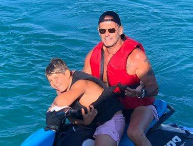 Πέτρος Κωστόπουλος: Συνεχίζει τις διακοπές με τον γιο του στη Μύκονο