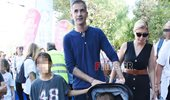 Paparazzi! Σία Κοσιώνη – Κώστας Μπακογιάννης: Οικογενειακή έξοδος στο κέντρο της Αθήνας
