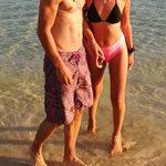 Παίκτρια του Power of Love ποζάρει στην παραλία με τον σύντροφό της