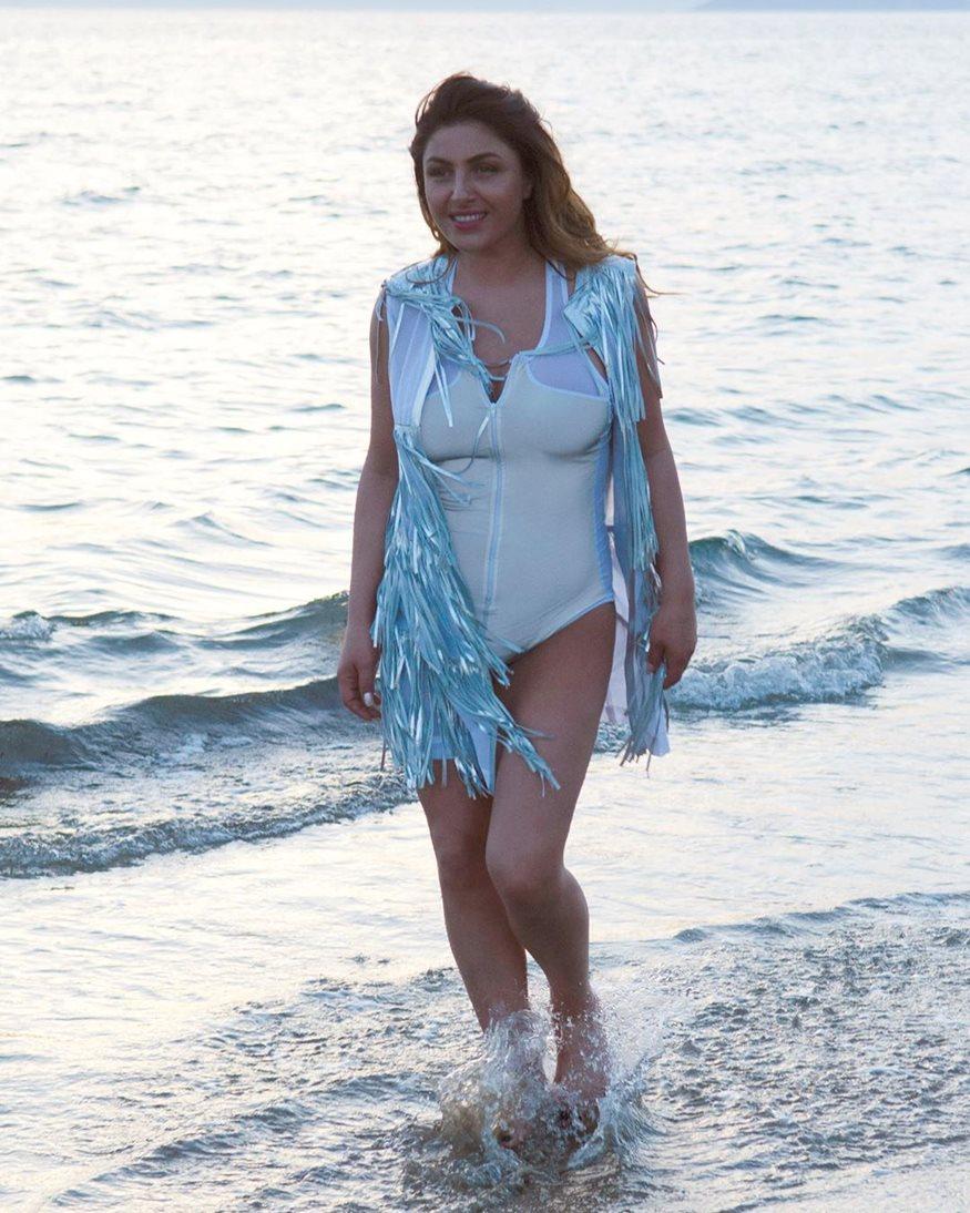 Έλενα Παπαρίζου: Ποζάρει με μαγιό και ανεβάζει τη θερμοκρασία