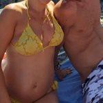 Γνωστή Ελληνίδα ποζάρει στην παραλία λίγο πριν γεννήσει