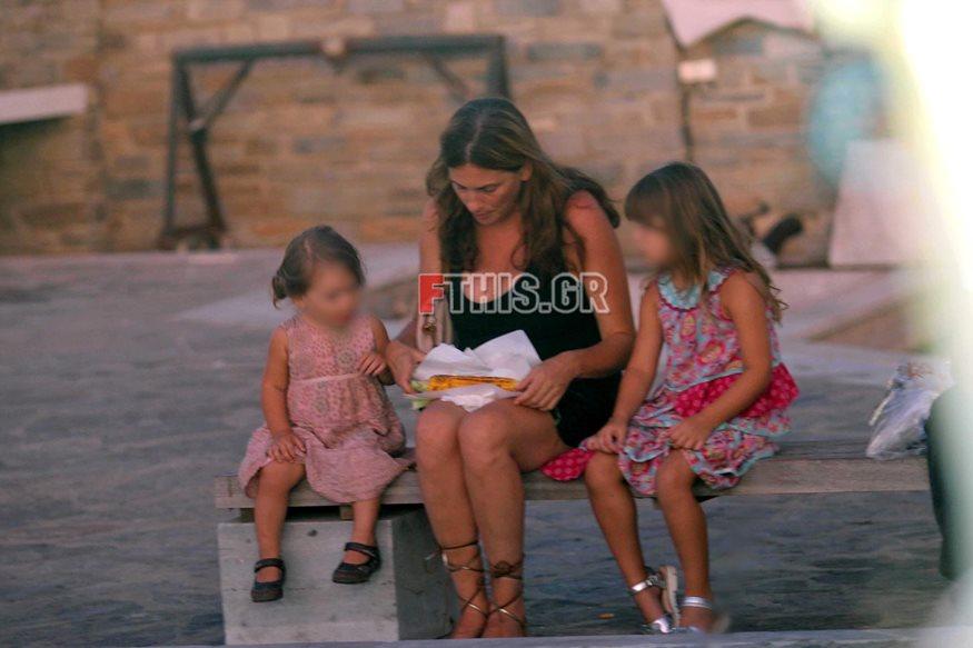 Paparazzi! Θεοφανία Παπαθωμά: Χαλαρή βόλτα με τις κόρες της στην Πάρο