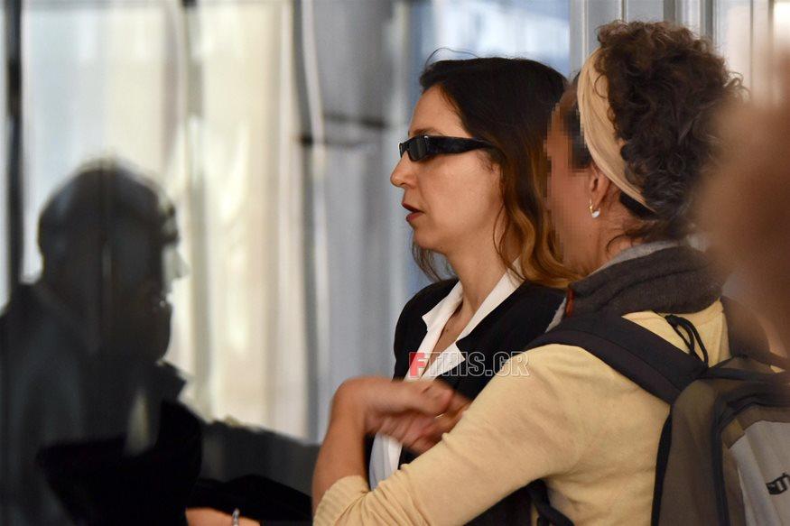 Μαρία Ελένη Λυκουρέζου: Δίπλα στον πατέρα της έξω από το γραφείο του ανακριτή