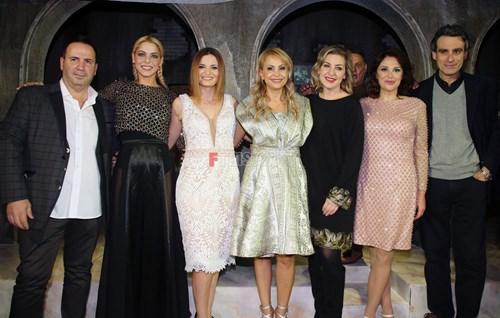 <span class=categorySpan colorLightBlue>In & Out/</span>Χαμάμ Γυναικών: Δείτε ποιοι βρέθηκαν στην επίσημη πρεμιέρα της παράστασης