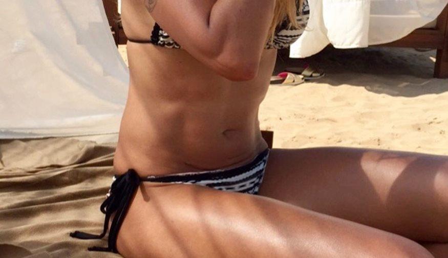 Στενή συνεργάτιδα της Ελένης Μενεγάκη ποζάρει με μικροσκοπικό μπικίνι στην παραλία και... κόβει ανάσες!