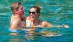 Μαριέττα Χρουσαλά - Λέων Πατίτσας: Τρυφερά φιλιά και αγκαλιές σε παραλία της Σκιάθου!