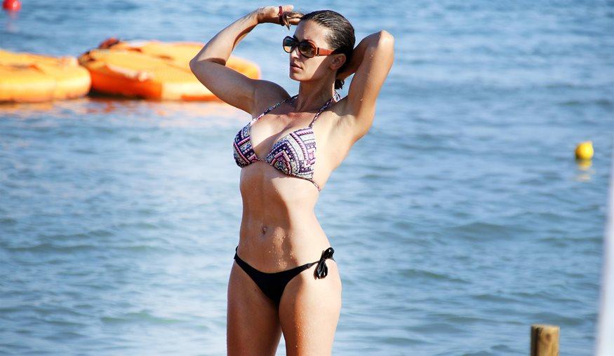 Paparazzi! Η Μάρα Δαρμουσλή στην παραλία με μικροσκοπικό μπικίνι και ... 911f97f33dd