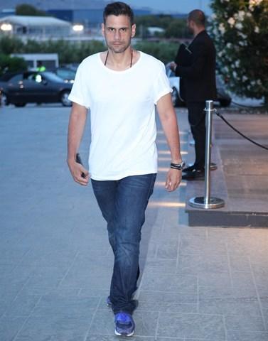 Δημήτρης Ουγγαρέζος: Δείτε τον να τρέχει χωρίς μπλούζα έξω από το στούντιο του Ρυθμού 949!