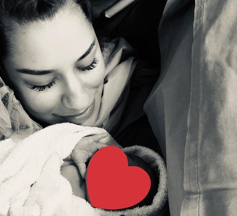 Πωλίνα Φιλίππου: Φωτογραφίζει τον Τριαντάφυλλο Παντελίδη αγκαλιά με τη νεογέννητη κορούλα τους