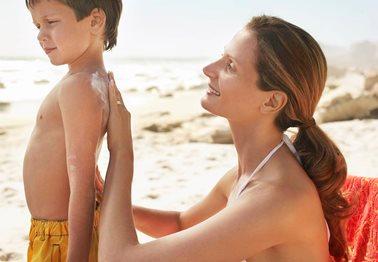 Καλοκαίρι 2019: Πώς θα επιλέξετε το κατάλληλο παιδικό αντηλιακό και πώς θα προστατεύσετε το παιδί σας από τον ήλιο;