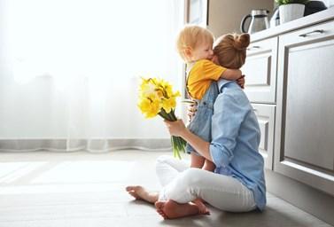Νέα έρευνα: Η αγκαλιά στο μωρό σας, αλλάζει το DNA του προς το καλύτερο!