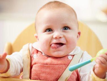 6 τρόποι για να βοηθήσετε το μωρό σας στα πρώτα του γεύματα