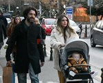 Αθηνά Οικονομάκου – Φίλιππος Μιχόπουλος: Στην Κηφισιά με τον 11 μηνών γιο τους