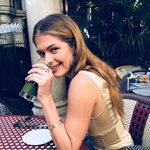 Αμαλία Κωστοπούλου: Ποζάρει από τον καναπέ του σπιτιού της, λίγο πριν την επιστροφή της στην Αμερική