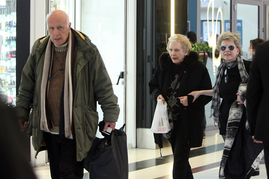 Paparazzi! Σπάνια δημόσια εμφάνιση της Έλενας Ακρίτα με τον σύζυγο και τη μαμά της