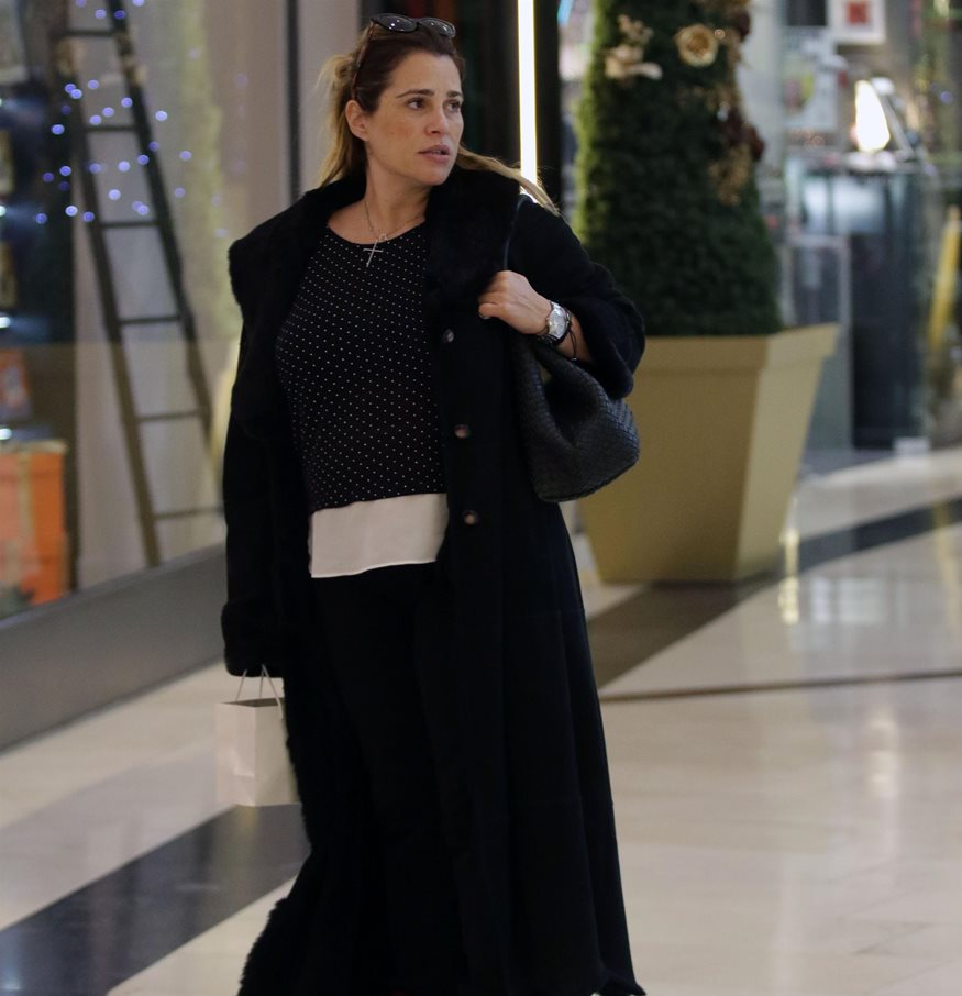 Paparazzi: Δείτε την Τζένη Μπότση σε βόλτα στα μαγαζιά στον 6ο μήνα της εγκυμοσύνης της!