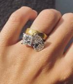 Τέσσερις μήνες μετά τον γάμο της, μας δείχνει για πρώτη φορά το υπέροχο μονόπετρο δαχτυλίδι της!