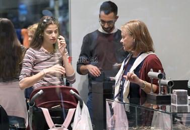 Paparazzi: Η Νεφέλη Κουρή σε σπάνια έξοδο με τη μητέρα και την κόρη της!