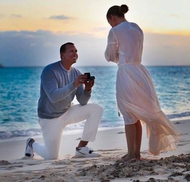 Τζένιφερ Λόπεζ: Μας δείχνει καρέ-καρέ τη ρομαντική πρόταση γάμου που της έκανε ο Άλεξ Ροντρίγκεζ