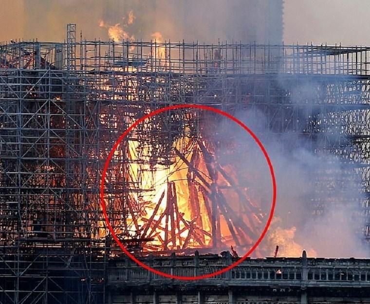 Γυναίκα υποστηρίζει ότι είδε την φιγούρα του Ιησού στις φλόγες που έκαιγαν την Παναγία των Παρισίων