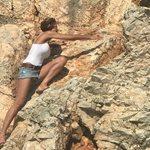 Τζένη Μπαλατσινού: Σκαρφάλωσε στον βράχο για να σώσει μια κατσίκα