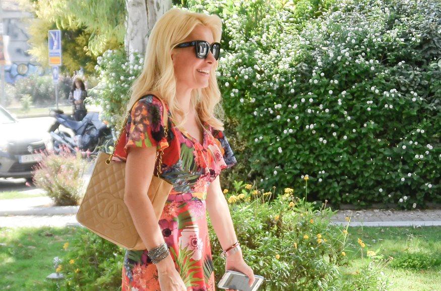 Paparazzi! Ελένη Μενεγάκη: Σε επαγγελματικό ραντεβού με chic καλοκαιρινό look!