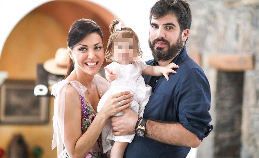 3fdab137c735 Σίσσυ Φειδά – Γιώργος Ανδρίτσος  Το φωτογραφικό άλμπουμ από την βάπτιση της  κόρης τους