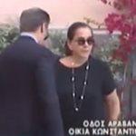 Κωνσταντίνος Μητσοτάκης: Ανέκφραστη και με πατερίτσα η Ντόρα Μπακογιάννη έξω από το σπίτι του πατέρα της