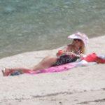 Paparazzi: Η Ελένη Μενεγάκη με ολόσωμο μαγιό στην παραλία – Έτσι είναι το σώμα της χωρίς ρετούς