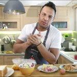 Ο Σάββας Πούμπουρας άνοιξε την κουζίνα του σπιτιού του στην Ελένη Μενεγάκη