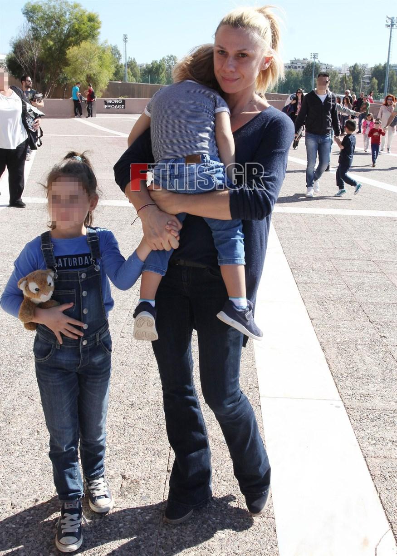 Κατερίνα Καραβάτου: Σπάνια εμφάνιση με τα δύο της παιδιά!