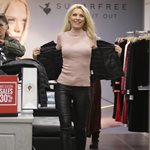 Ελένη Μενεγάκη: Shopping με skinny δερμάτινο παντελόνι και ψηλοτάκουνες γόβες