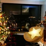 Ο Έλληνας παρουσιαστής μας δείχνει πώς στόλισε το εντυπωσιακό σπίτι του για τα Χριστούγεννα