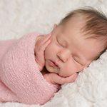 Ακόμα κι από τους πρώτους 3 μήνες της ζωής του, μπορούμε να αρχίσουμε να μυούμε το μωράκι μας στην… τέχνη του ύπνου!