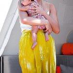 Η celebrity ταϊζει το μωράκι της μπροστά στην κάμερα - VIDEO