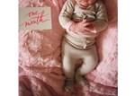 Η κορούλα της έγινε ενός μηνός και μας το ανακοίνωσε με την πιο τρυφερή της φωτογραφία