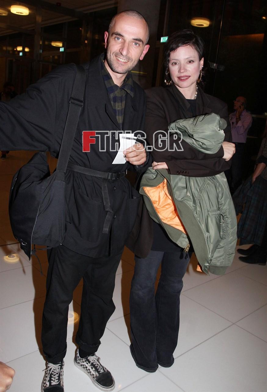 Άρης Σερβετάλης: Δείτε τον ηθοποιό με νέο look σε σπάνια δημόσια εμφάνιση με τη σύζυγό του