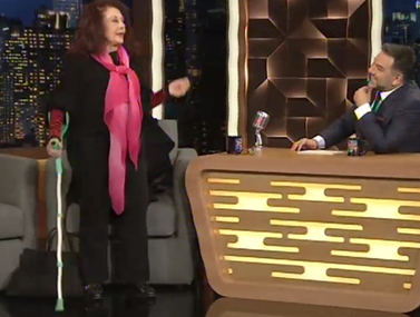 The 2Night Show  Η Ελένη Ανουσάκη μπήκε με πατερίτσες στο πλατό και  αποκάλυψε το πρόβλημα 55c6a18e16c