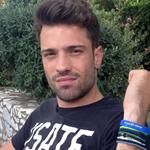Πρώτες βουτιές για τον Κωνσταντίνο Αργυρό: Δείτε τον τραγουδιστή με μαγιό στη παραλία