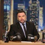 Γρηγόρης Αρναούτογλου: Φόρεσε τα γάντια του μποξ και περιμένει τους καλεσμένους στο The 2Night Show